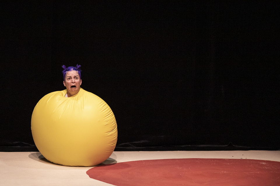 acrobuffos-airplayshow-christina_gelsone-mad-shrinking-balloon.jpg