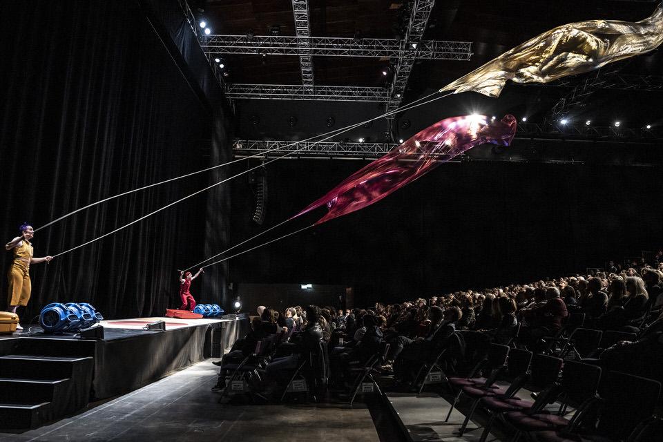 acrobuffos-airplayshow-kites-cirque_noel.jpg