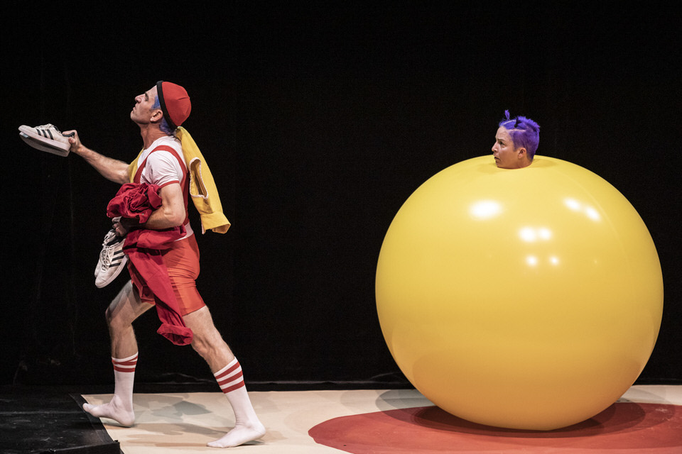 acrobuffos-airplayshow-shrinking-balloon-steal-clothes.jpg
