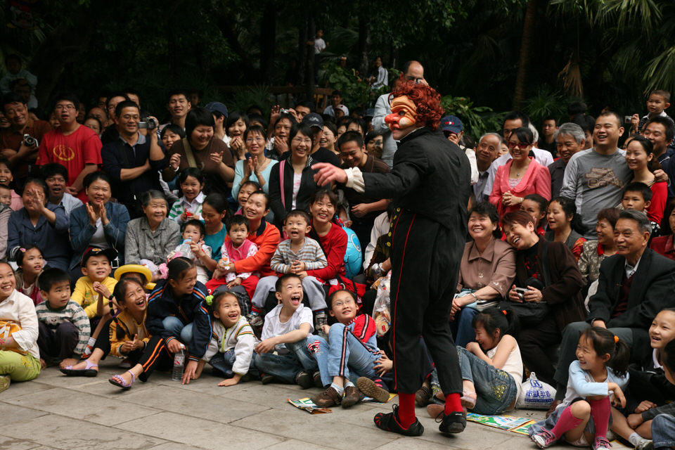 acrobuffos-seth_bloom-monsieur-chinese-audience.jpg