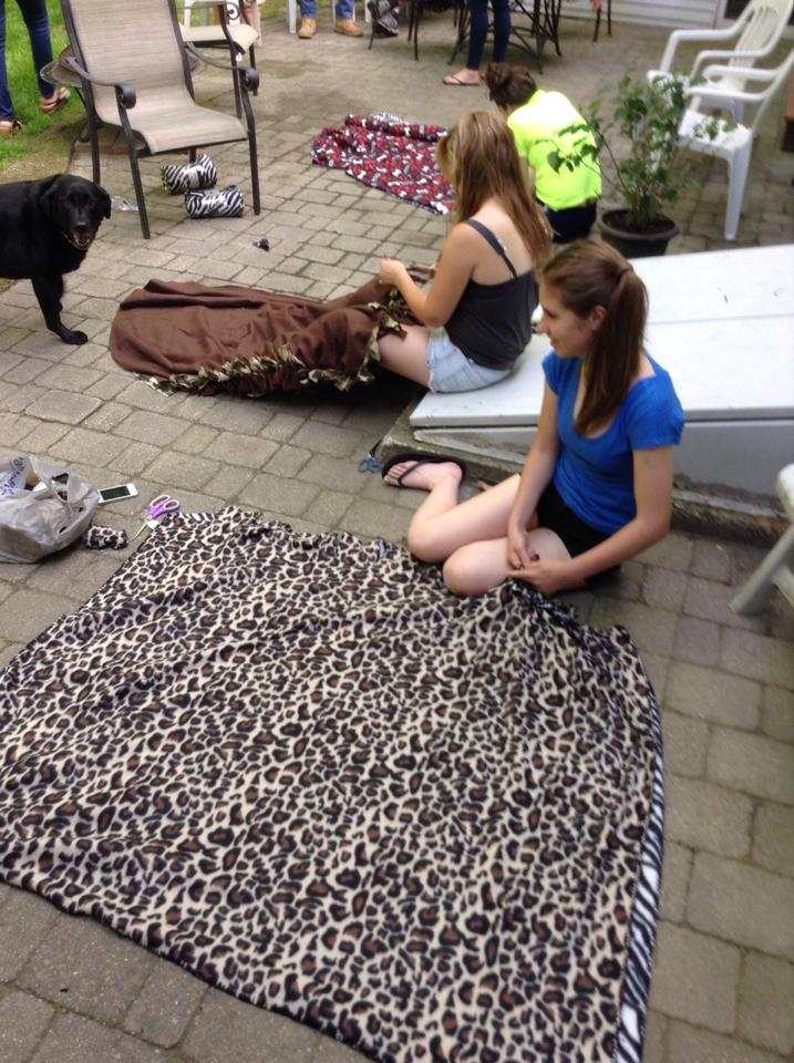 A great community service project! Have a Blanket Party for Hope Full RI! Here are some simple DIY instructions for these great blankets!!!