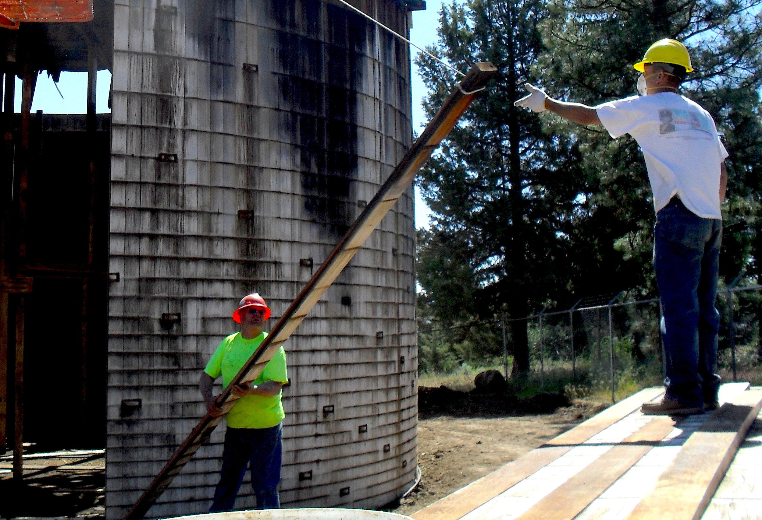 The careful process of dismantling the redwood water tank to give a new life to the old wood
