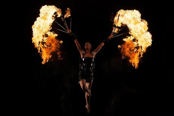 CIRQUBIA_fire-pyro-spectacular_hula-hoop_cube-juggling_aerial-dance_42.jpg