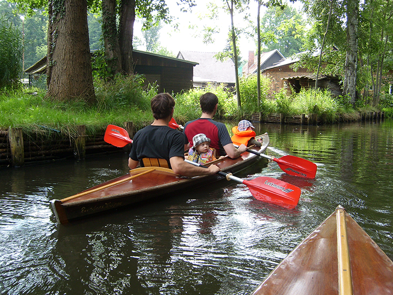 Kinder im Boot