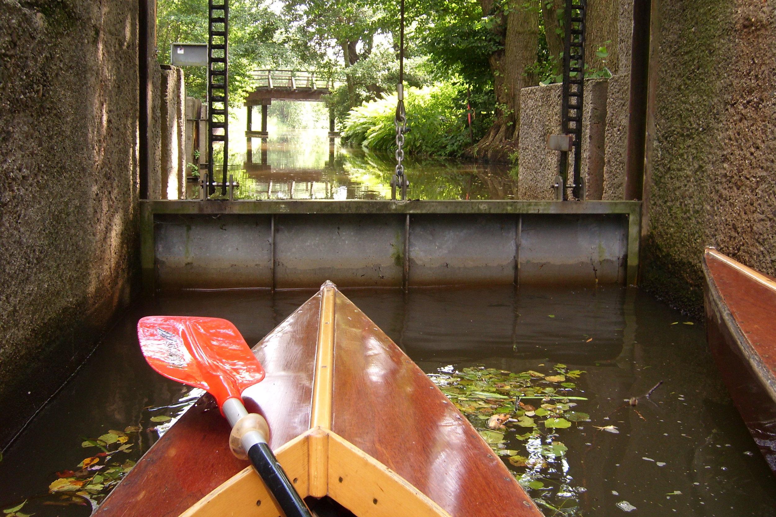 Wassermangel 2019 - Aufgrund des aktuellen Niedrigwassers im Spreewald, werden alle Paddler aufgerufen und gebeten das Durchfahren von Schleusen zu vermeiden. Bitte nutzen Sie die Bootsrollen, falls vorhanden. Warten Sie, bis möglichst viele Boote gemeinsam schleusen können. Trotzdem sind vielfälltige Touren möglich.