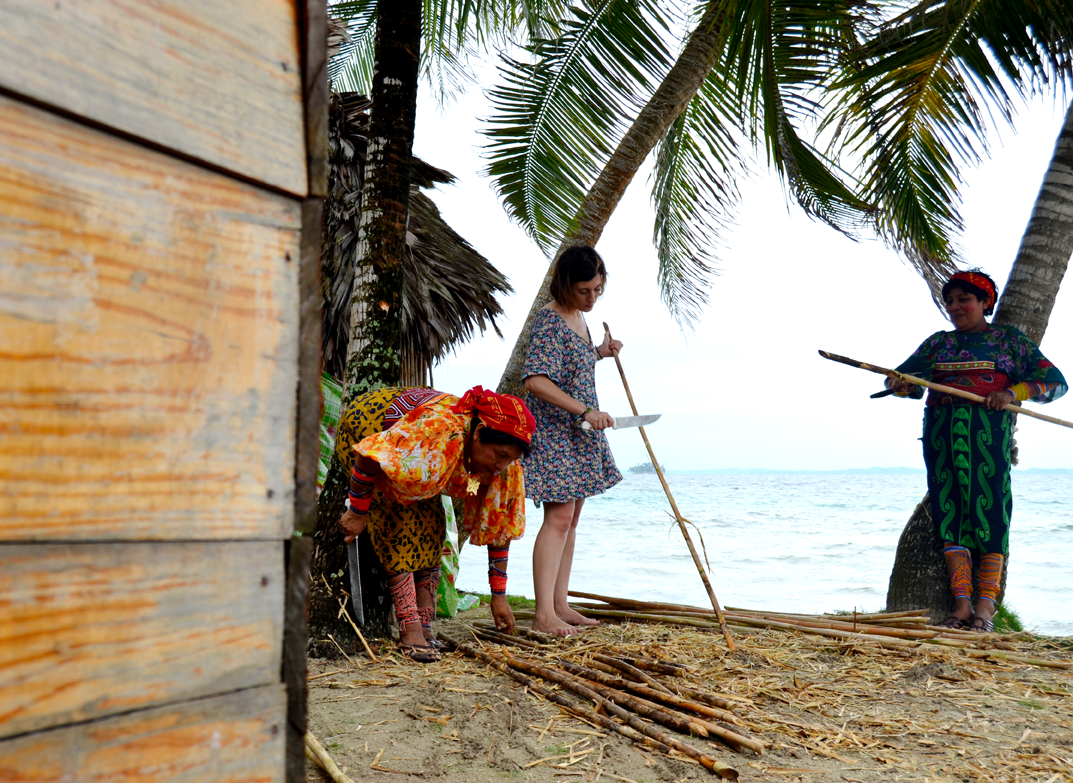 "I was helping kuna´s women to clean bamboo to be used for men to build their ""cabañas"""
