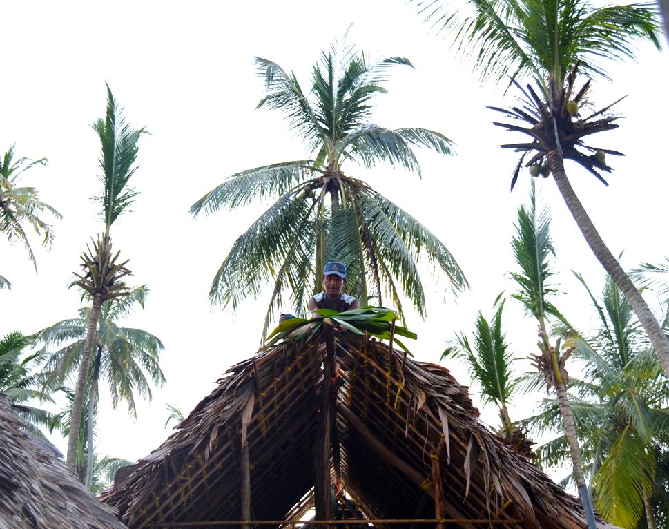 """Kuna man building """"cabañas"""""""