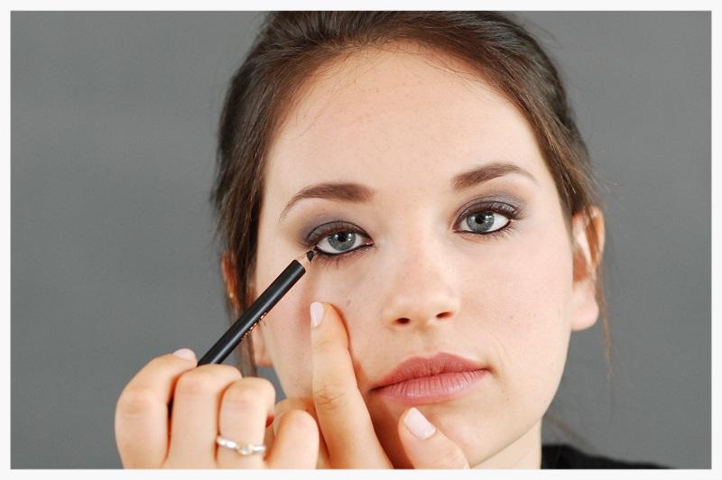 line the inner lower lashes