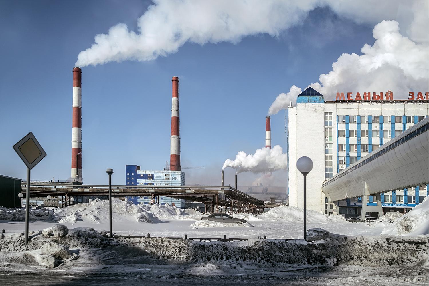 El paisaje de chimeneas humeantes de Norilsk forma parte del skyline sim- bólico e identitario de esta ciudad. Éstas se pueden ver desde cualquier lado de la ciudad.