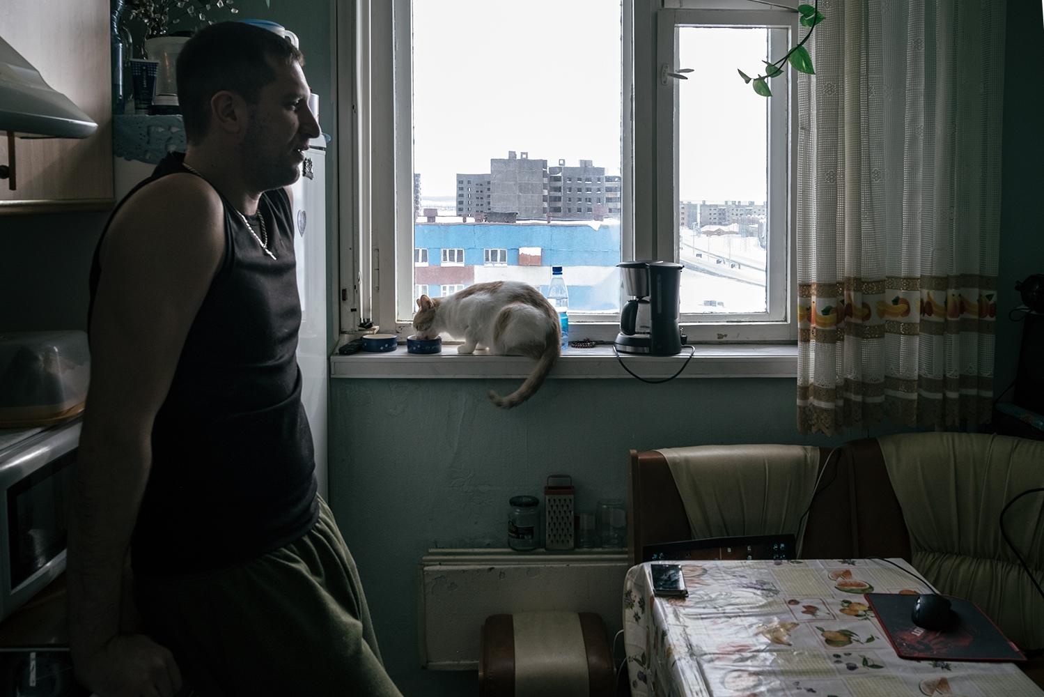 Maxim, 30 años,  nos habla de su día a día en la cocina, donde el y su mujer hacen prácticamente su vida, ya sea cocinando, escuchando música, etcétera... Es bombero, está casado con Yulia y tienen dos perros. Viven en la periferia de Norilsk. En su tiempo libre practica deporte.