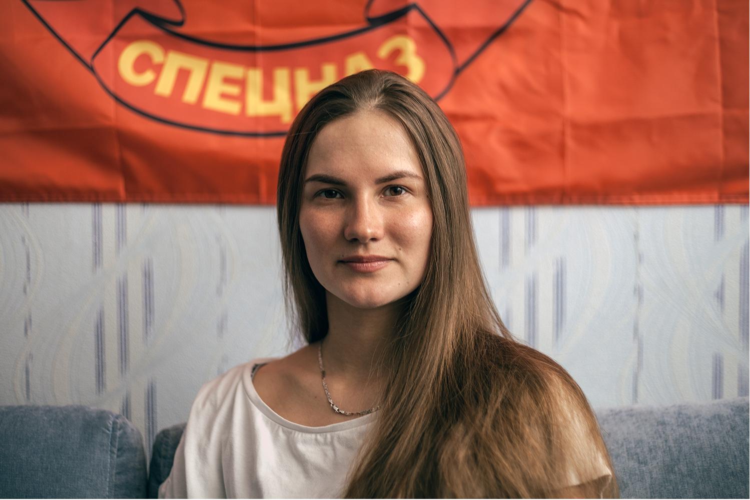 Yulia, 29 años,  está casada con Maxim. Trabaja como monitora de esquí y snowboard para niños. En su tiempo libre, como la gran mayorías de los jóvenes, practica deporte en la nieve.