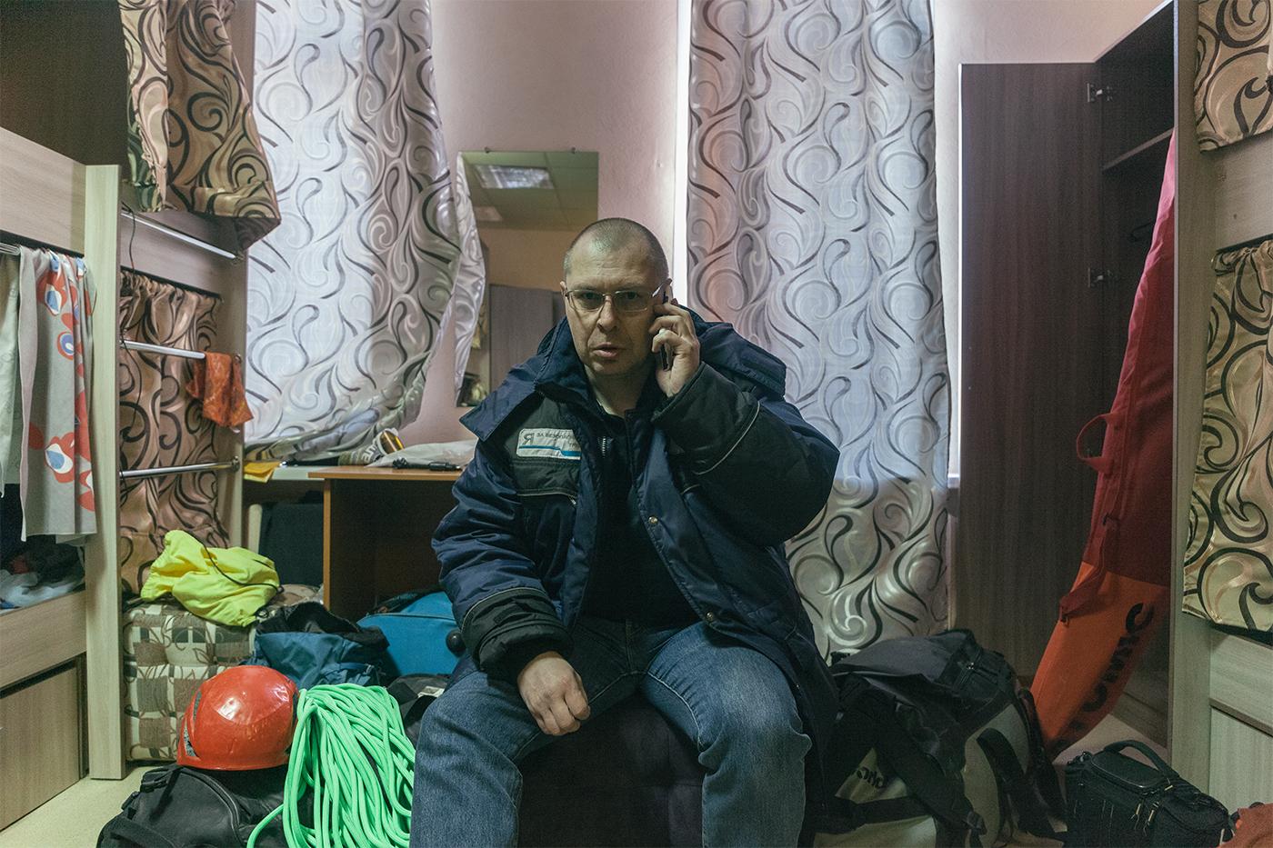 Andrey Kiiko, 46 años,  trabajador de la compañía miners MMC Norilsk Nickel. Habla por el móvil para gestiona la logística y transporte de los alpini- stas catalanes que habían viajado hasta el ártico para escalar por primera vez algunas cascadas heladas en el plato de Putorana.
