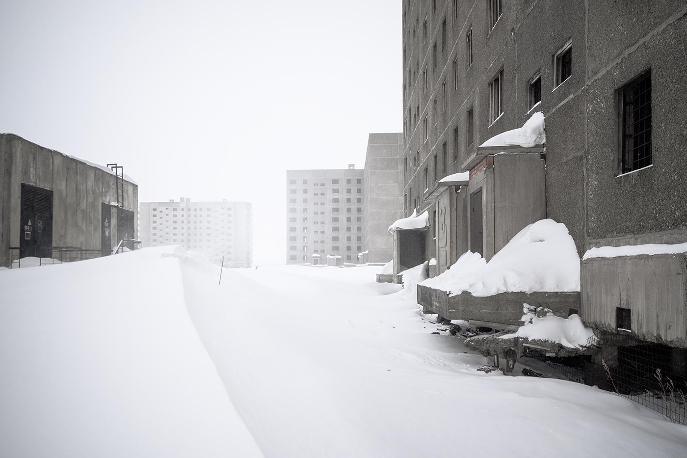 Bloques de edificios que fueron abandonados en el momento de su construc- ción cuando cayó la Unión Soviética a afínales en el 1991. Estos se pueden visitar sin problema haciendo esquí de fondo los meses de invierno.