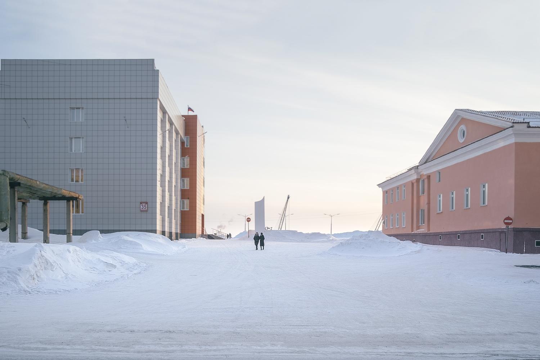 A tan sólo unos 89 kilómetros de Norilsk se encuentra Dudinka, la simbólica capital del ártico ruso y puerto del curso inferior del río Yeniséi, el quinto río más largo del mundo accesible para buques de transporte marítimo.