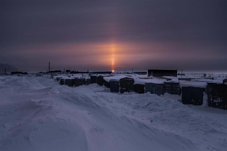 Se acercan días interminables, horas y horas de luz que afectan psicológica- mente a los que los que viven en esta zona del ártico. Por eso los atardeceres, cada vez más, empiezan a ser eternos dejando en cada rincón de la ciudad fotografías de una belleza indescriptible.