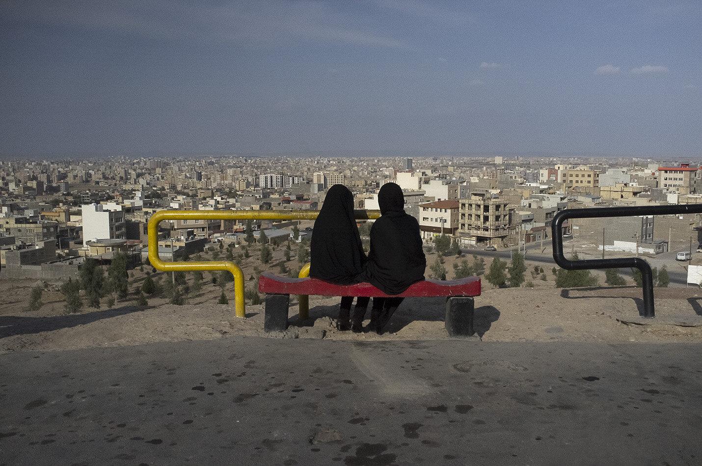 Mujeres en un mirador contemplando la ciudad de Qòm, Irán.