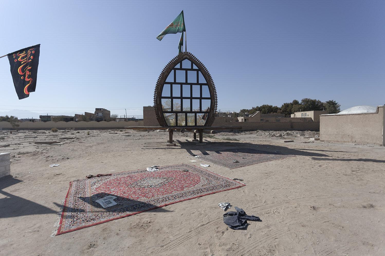 Nakhl y alfombra persa en un cementerio de Yazd, Irán.