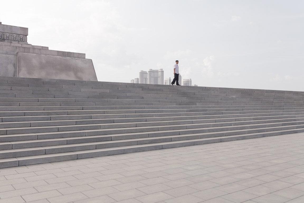 Escaleras alrededores de la Torre Juche. Pionyang, Corea del Norte.