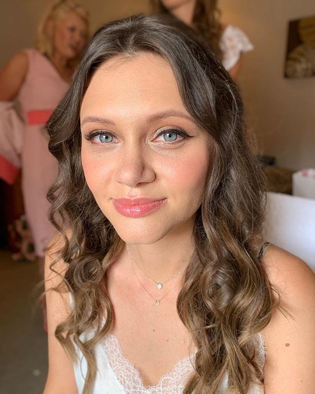 W A V E S and glowy cheeks for this beauty yesterday morning ✨ Veronica asked for natural looking skin and shimmery gold eyes with a winged liner 💛 the perfect look for a wedding in the sun 🥂