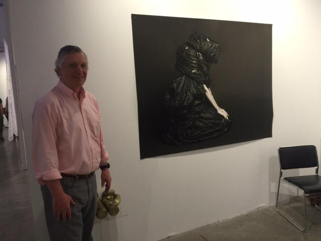 El embajador del Perú en Estados Unidos, Carlos Pareja, visita la obra de la artista peruana Mariu Palacios, en la galería Ginsberg, de Miami, durante la Semana del Arte.