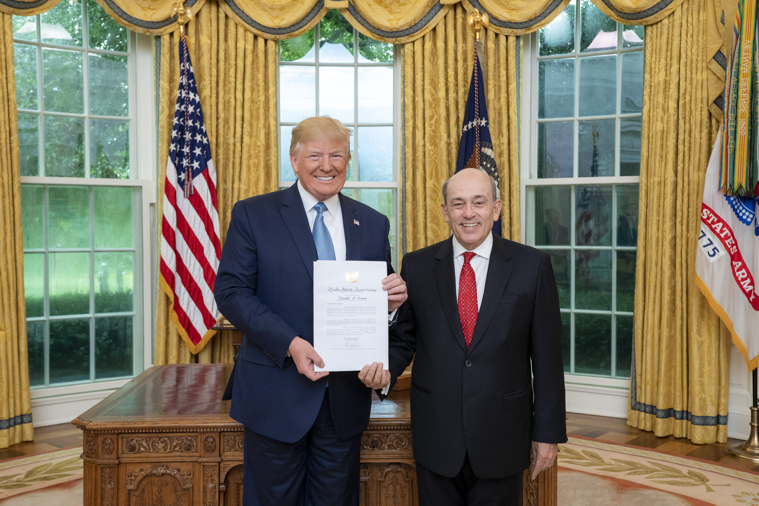 Peruvian Ambassador Hugo de Zela presented his credential letters to U.S. President Donald Trump on July 8th, 2019, thus accrediting his status as Ambassador Extraordinary and Plenipotentiary of the Republic of Peru to the United States.