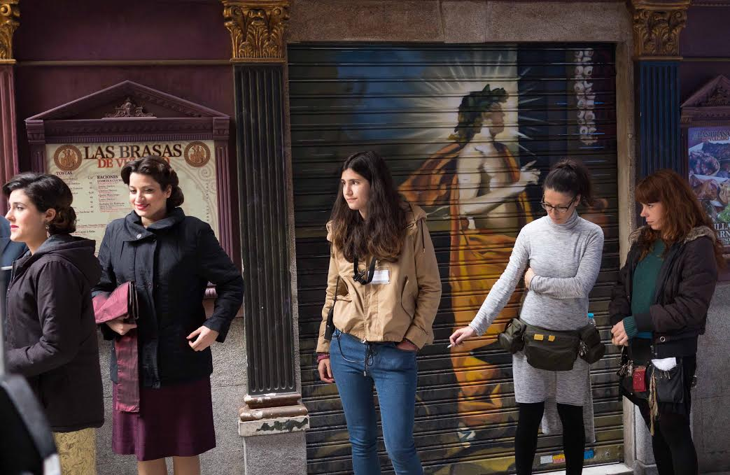 Chediak working with the cast of  La Reina de España. Photo Credit:Clara León