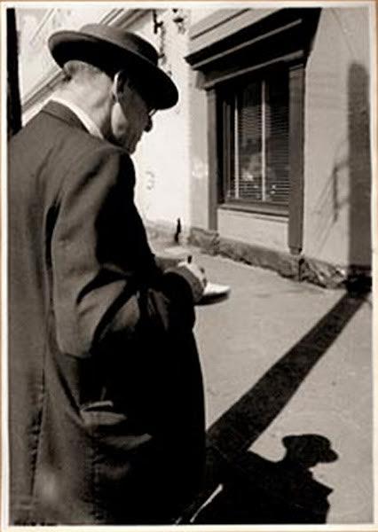 David Corke, image of Eric Thake sketching in street, 1959