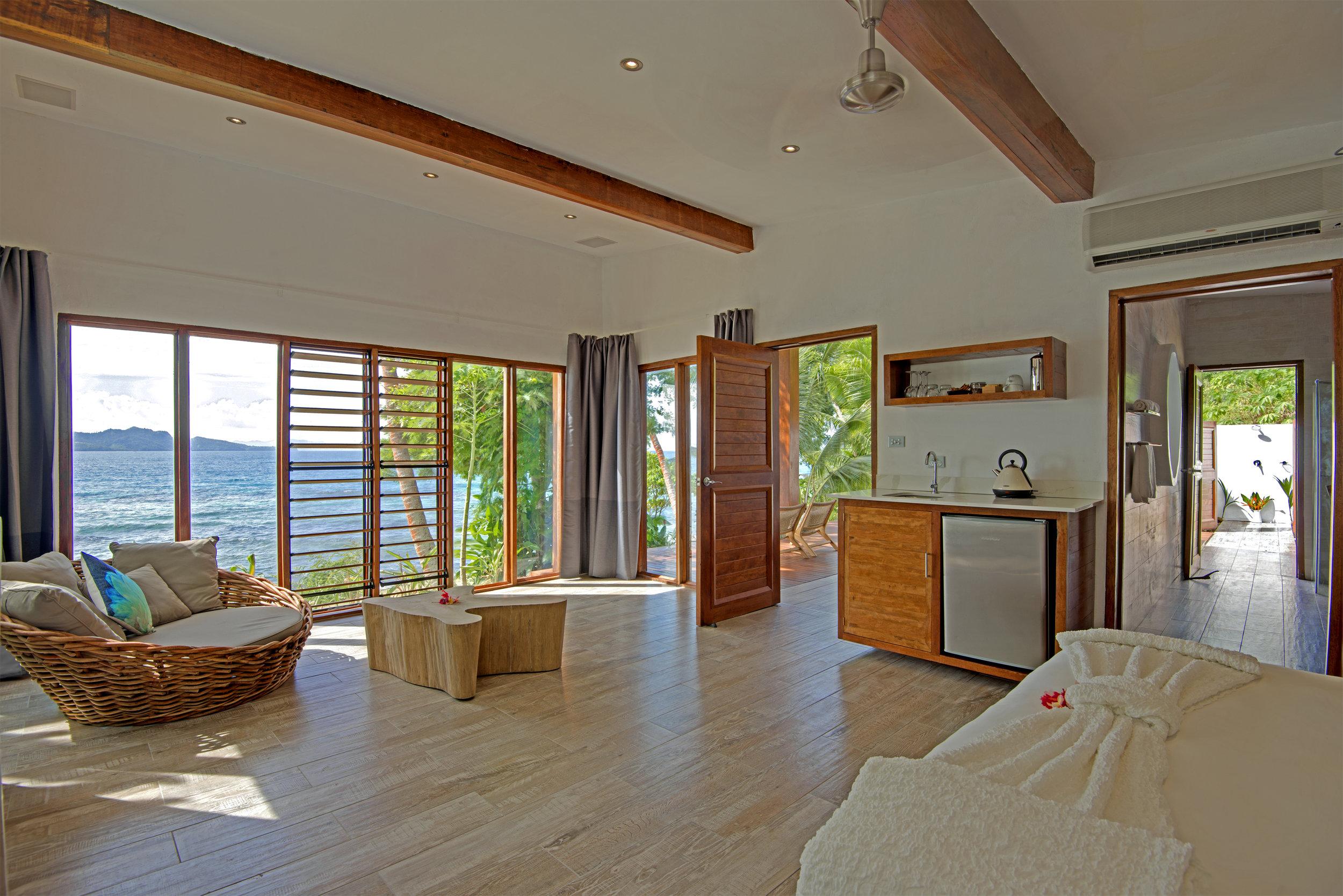 Royal Retreat - Spacious lounge, bedroom and bathroom