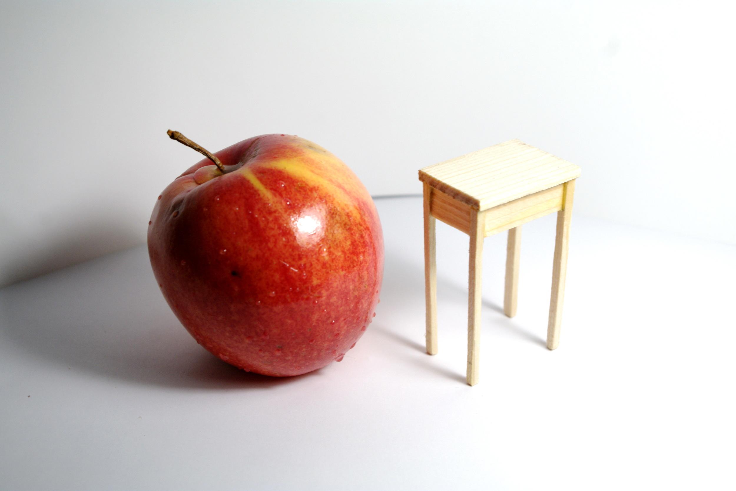 Столик из сосны в масштабе 1:12
