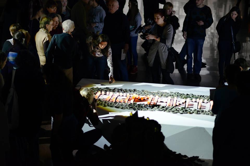 """После концерта зрители кладут камни с номерами узников концлагерей к мемориалу, там где в начале экскурсии был макет Бабьего Яра, появляется надпись """"ПОМНИТЬ"""""""