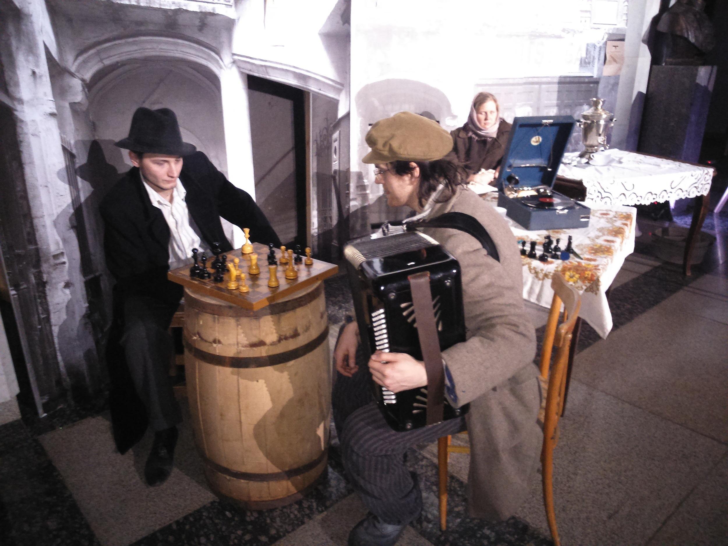 """Сцена """"Гетто""""- жизнь еврейского народа в изоляции ."""