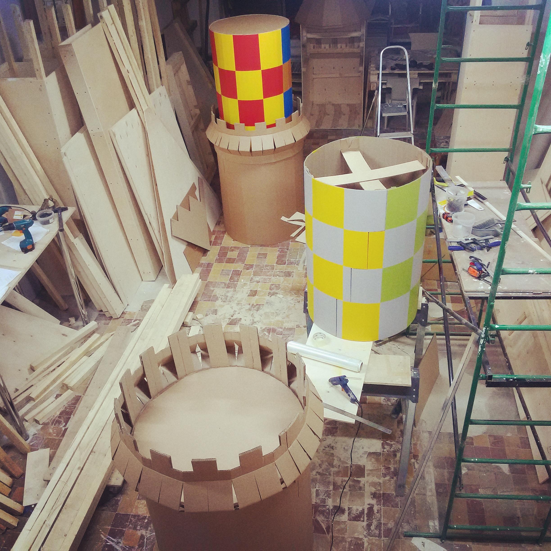 Работа над картонными декорациями в самом разгаре