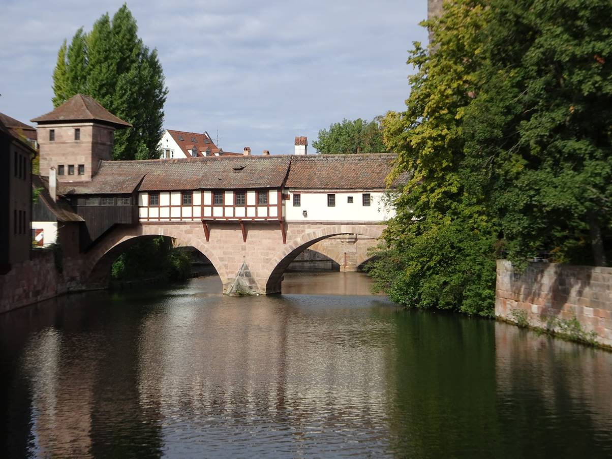 This very narrow bridge seems to be the Henkenhaus Gallery. To the left is an island and a continuation bridge of timber called Henkersteg.