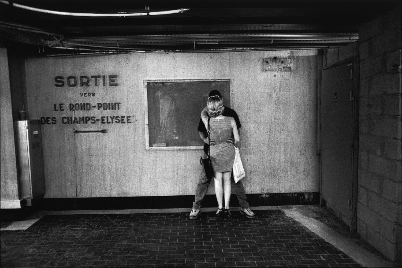 "Métro Le Rond-Point des Champs-Elysee, 2000<span class=""photo-essays-link""><span class=""separator"">・</span><a href=""/photo-essays"">Photo-essays</a></span>"