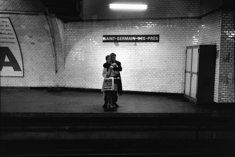 """Métro Saint-Germain-des-Prés, 1982<span class=""""photo-essays-link""""><span class=""""separator"""">・</span><a href=""""/photo-essays"""">Photo-essays</a></span>"""