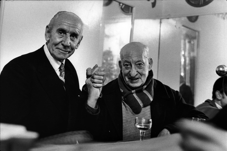 """Café, rue des Rosiers, 1975<span class=""""photo-essays-link""""><span class=""""separator"""">・</span><a href=""""/photo-essays"""">Photo-essays</a></span>"""
