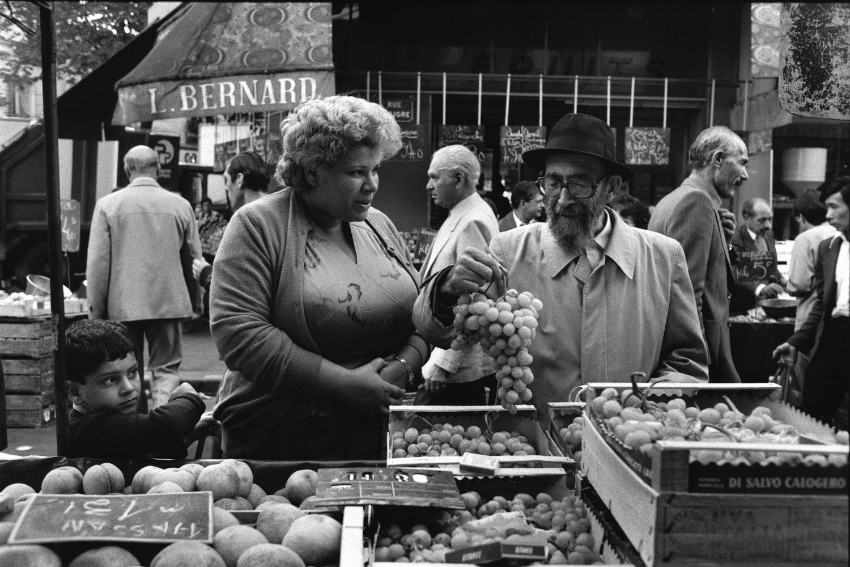 "Marché d'Aligre, 1985<span class=""photo-essays-link""><span class=""separator"">・</span><a href=""/photo-essays"">Photo-essays</a></span>"
