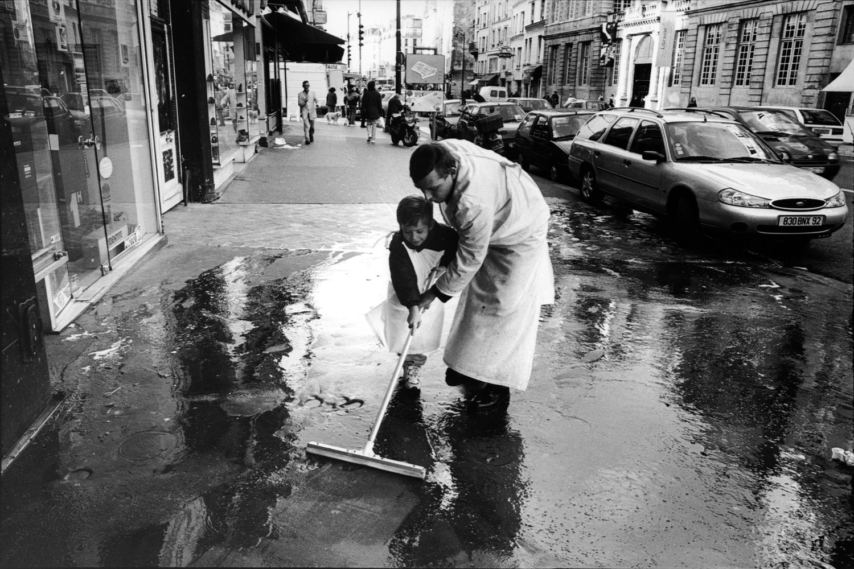 "Rue de Rivoli, 1998<span class=""photo-essays-link""><span class=""separator"">・</span><a href=""/photo-essays"">Photo-essays</a></span>"