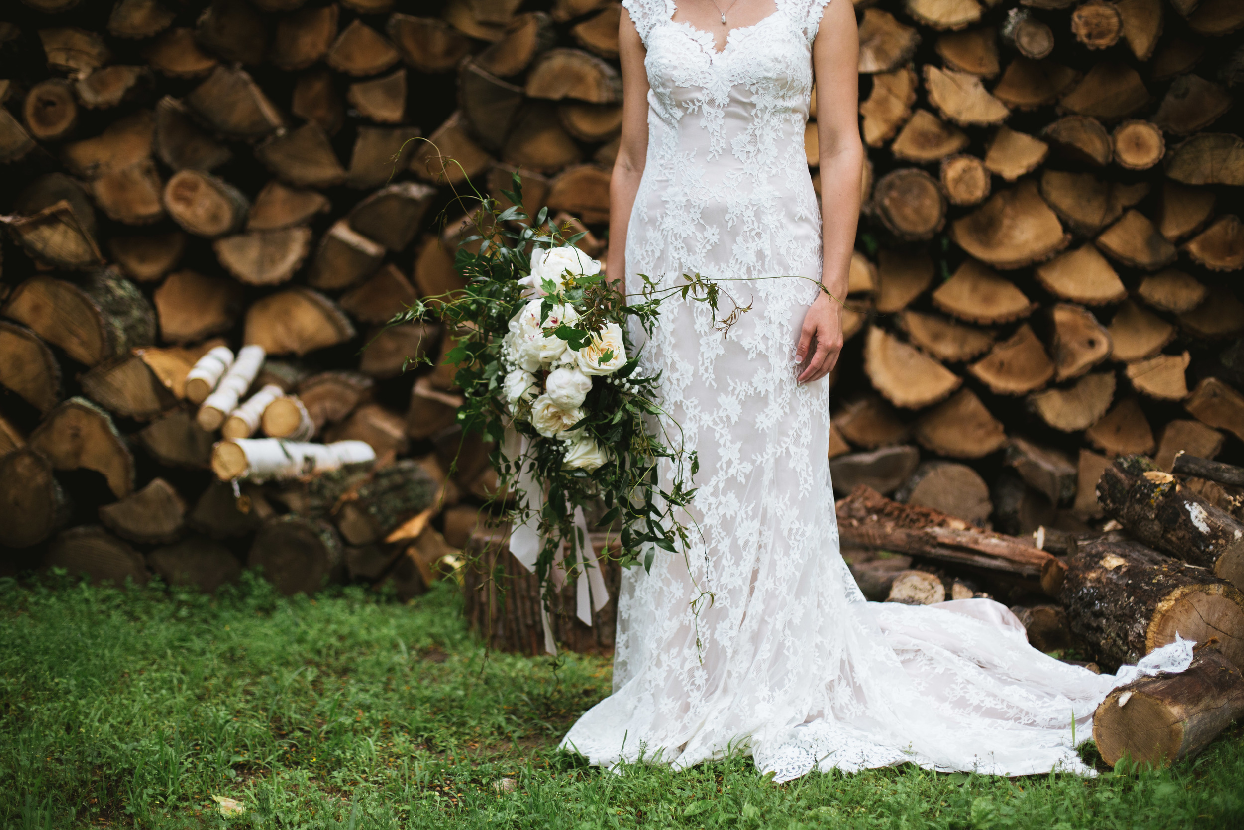 the-bees-knees-floral-sharayah-krautkremer-brainerd-mn-minnesota-wedding-florist-bride-flowers-peony-garden-rose-ivy-babys-breath-bouquet
