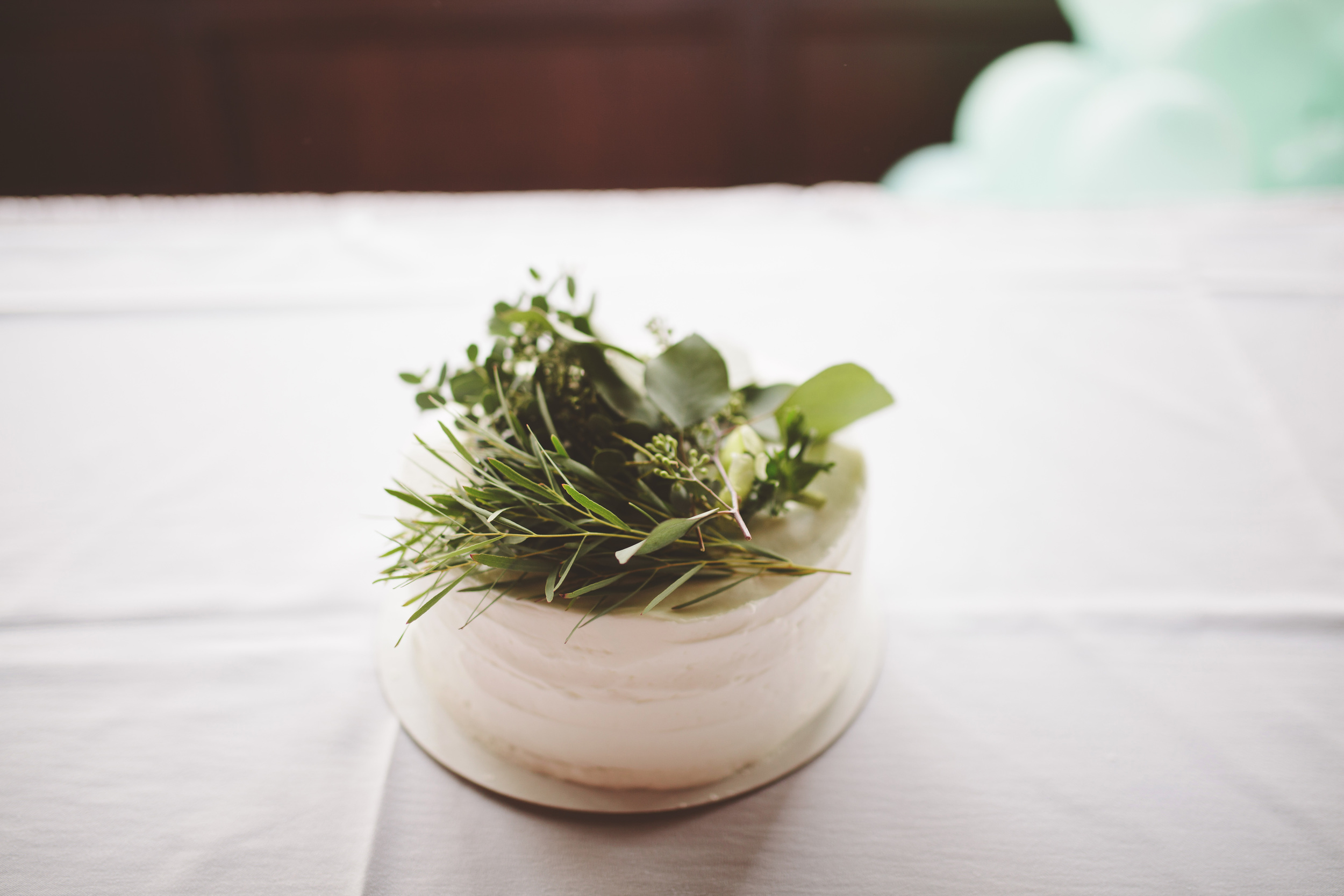 the-bees-knees-floral-design-studio-brainerd-mn-minnesota-florist-wedding-weddings-bride-greenery-vintage-decor-table-centerpiece-cake-flowers-greens