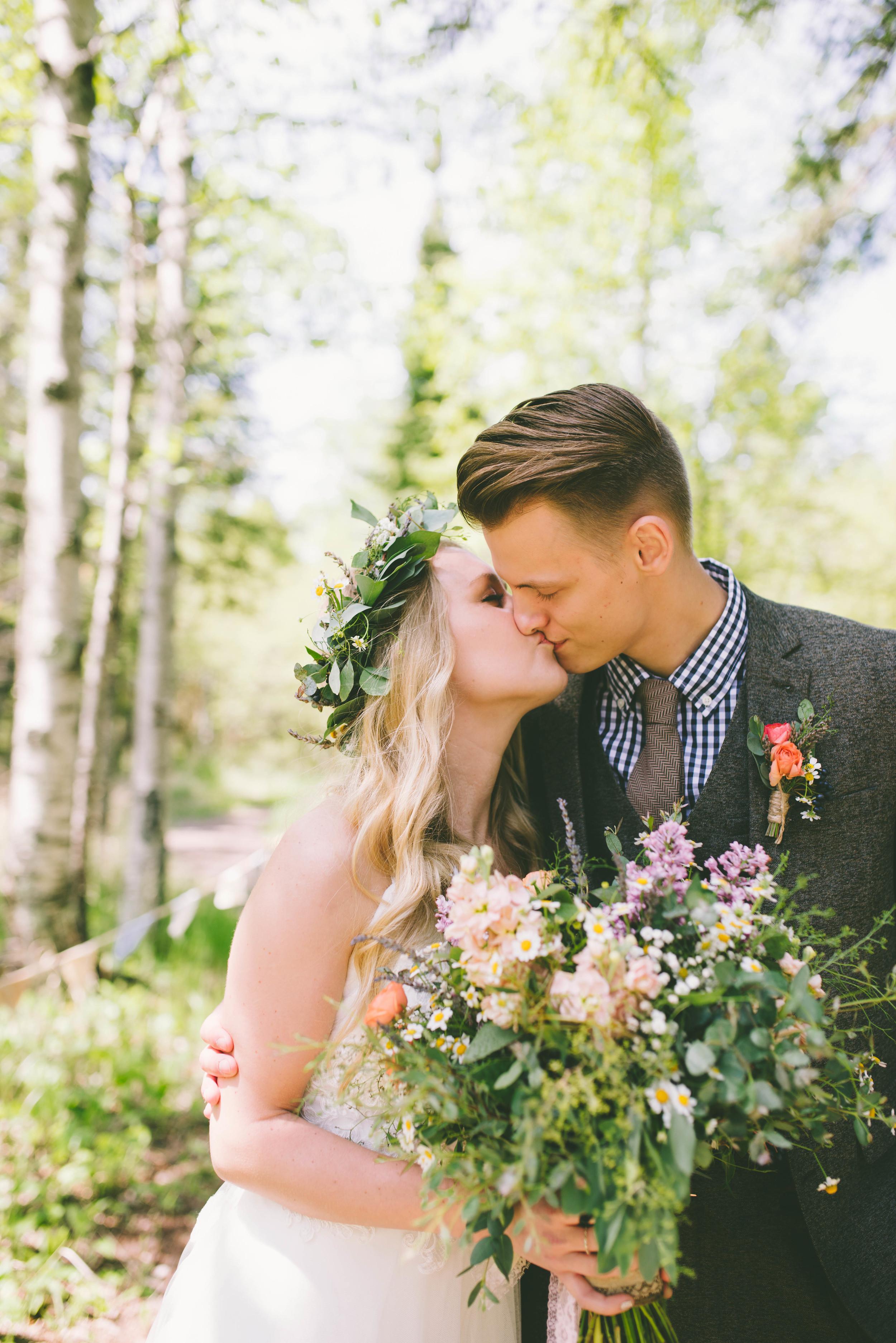 the-bees-knees-floral-design-studio-brainerd-mn-minnesota-wedding-florist-bride-sharayah-wildflower-wedding-bouquet