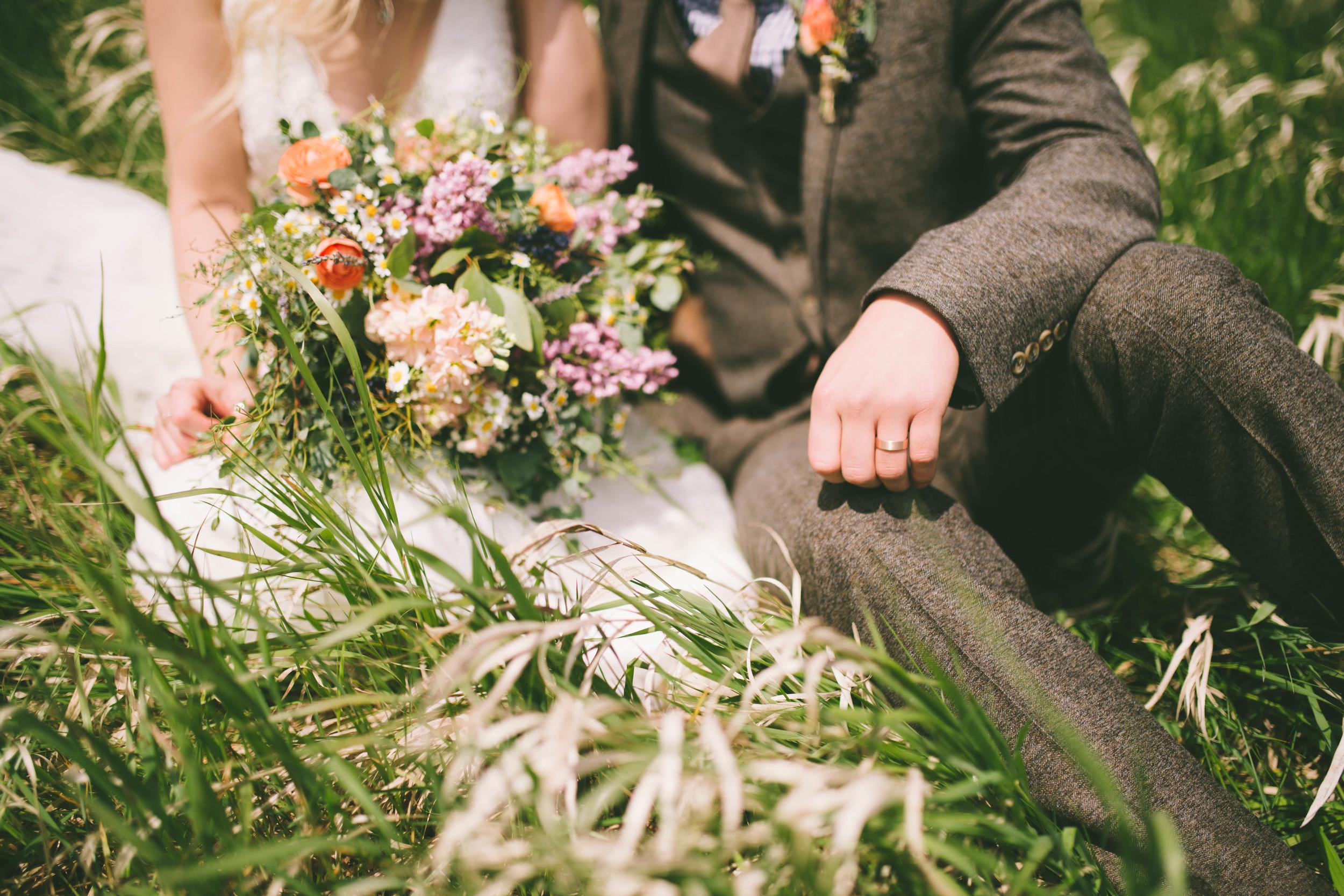 the-bees-knees-floral-design-studio-brainerd-mn-minnesota-wedding-florist-bride-sharayah-wildflower-wedding-bouquet-marion-photography