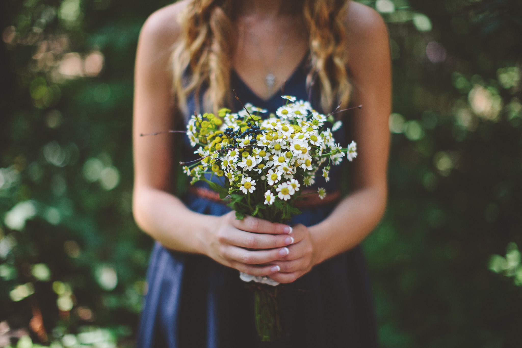 the-bees-knees-floral-design-studio-brainerd-mn-minnesota-wedding-florist-bride-sharayah-wildflower-wedding-boutonniere-the-shalom-imaginative