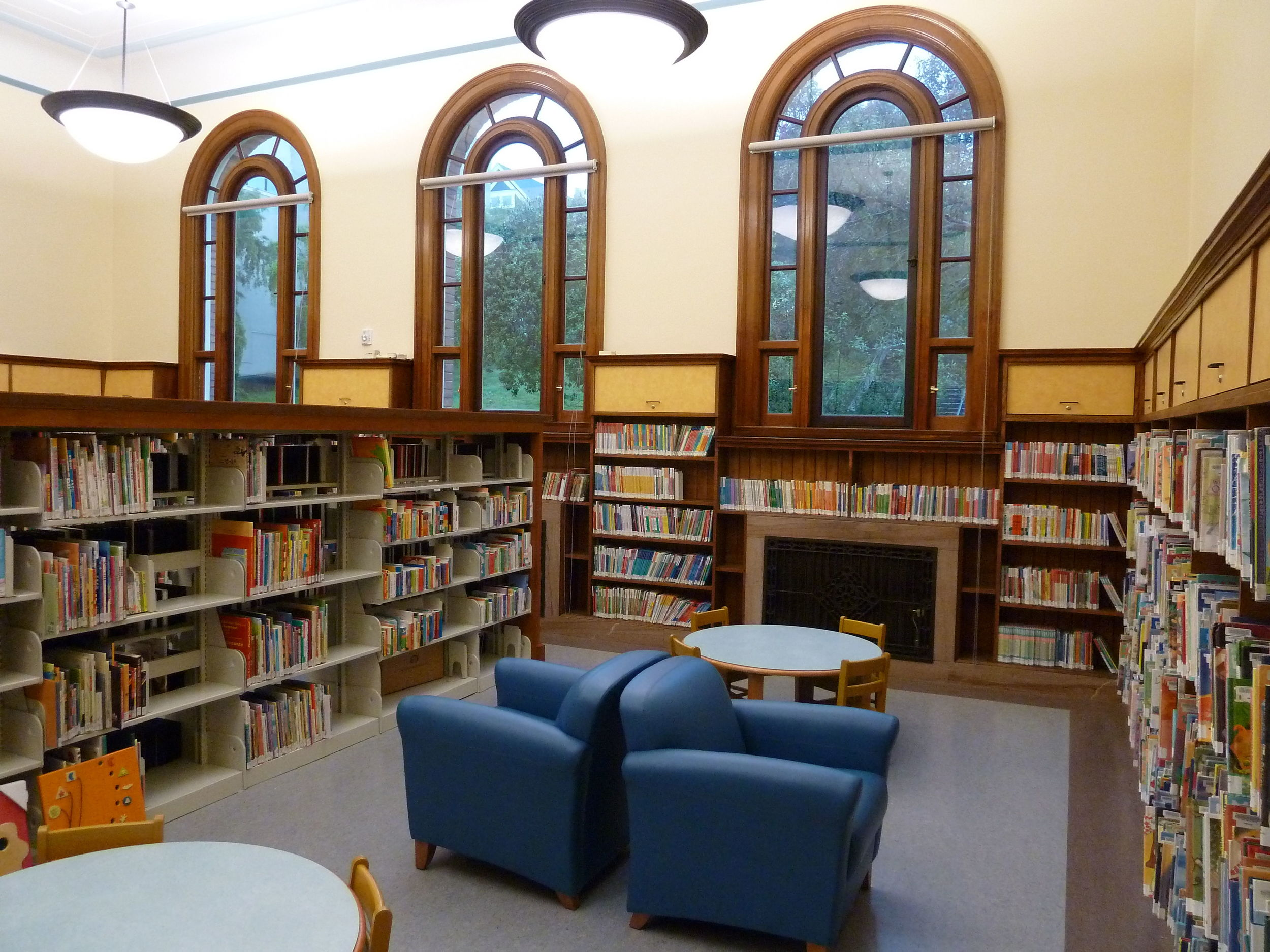 Interior_of_renovated_Presidio_Branch_Library_2011.jpg