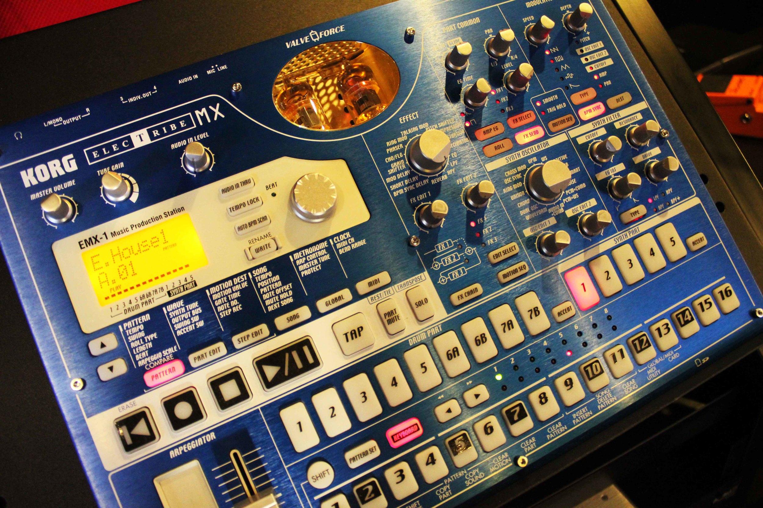 Usamos instrumentos electrónicos análogos (Roland, Korg) y Virtual Instruments (Arturia, Native Instruments, Proppellerheads, U-he)