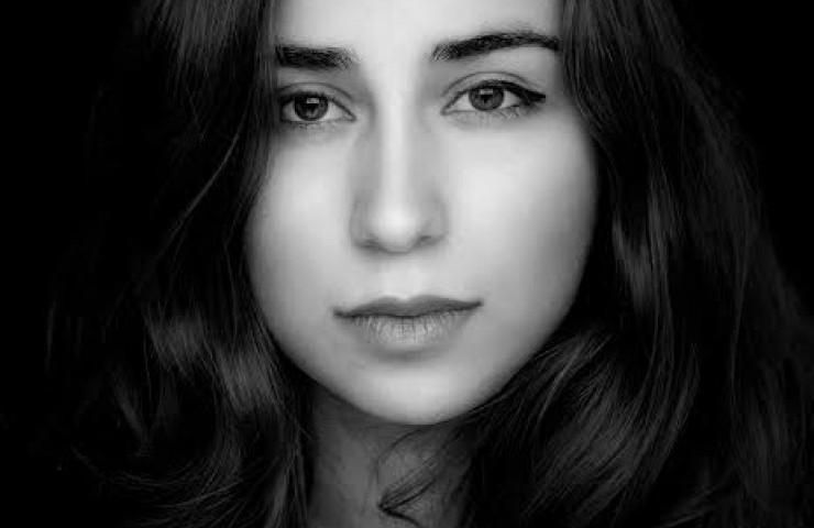 """Arghavan SADEGHIPOUR  Née en 1992 à Téhéran, Arghavan Sadeghipour commence le piano à l'âge de cinq ans et entre au Conservatoire National de Musique de Téhéran à onze ans. Elle obtient en 2009 son diplôme de piano avec les plus hautes qualifications du jury. À l'âge de 15 ans, elle reçoit le Premier Prix au Festival biennal de musique de Téhéran. En 2010, elle entre à l'École Normale Supérieure de Musique de Paris, où elle obtient en 2012 le diplôme d'exécution sous la direction de Guigla Katsarava, puis en 2014, le diplôme d'Études musicales à l'unanimité du jury, au C.R.R. de Paris sous la direction d'Emmanuel Mercier.Elle entre ensuite au Conservatoire de Saint-Maur en cycle de perfectionnement où elle étudie dans la classe de Romano Pallottini. Son parcours est enrichi par les conseils de grands musiciens rencontrés au cours de masterclasses (Fabio Bidini, Pascal Devoyon, Jacques Rouvier et Lilya Zilberstein). Elle se produit en concert à la Salle Cortot, à la Cité Internationale des Arts, à la Cathédrale Sainte-Croix-des-Arméniens, à la maison de Nadia et Lili Boulanger à Gargenville, au Château de la Roche-Guyon, à la Maison Heinrich Heine à Paris et au Konzerthaus à Berlin. Elle se perfectionne actuellement auprès de Eldar Nebolsin à la Hochschule für Musik """"Hanns Eisler"""" àBerlin."""