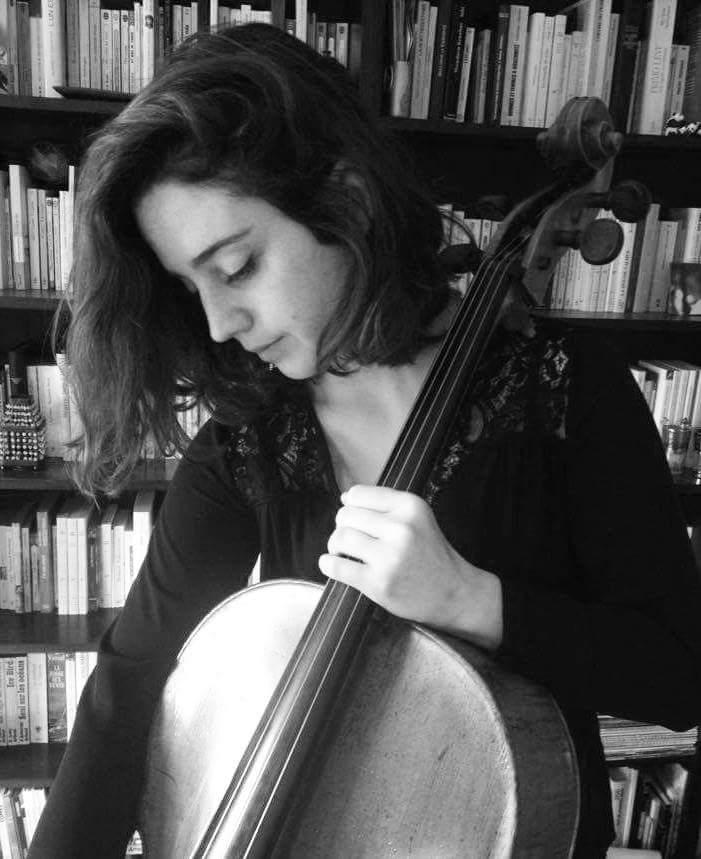 Romane MONTOUX-MIE  Née en 1992 à Paris, Romane Montoux-Mie commence le violoncelle à l'âge de 6 ans au Conservatoire de Nîmes puis continue sa formation au Conservatoire à Rayonnement Départemental de Tours dans la classe de Xavier Richard. Elle rentre ensuite dans la classe de Philippe Muller et d'Ophélie Gaillard au Conservatoire à Rayonnement Départemental d'Aulnay-sous-Bois où elle obtient son Diplôme d'Etudes Musicales à l'unanimité. Romane intègre ensuite la classe de Xavier Gagnepain, d'abord au Conservatoire à Rayonnement Régional de Boulogne où elle est admise en cycle de Perfectionnement, puis au Pôle Supérieur de Boulogne-Paris. Elle bénéficie également de l'enseignement de grands violoncellistes lors de masterclasses ou de festivals, tels que Raphaël Pidoux, Edouard Sapey-Triomphe ou encore Xavier Phillips. Très curieuse de compléter sa culture musicale, Romane touche à toutes sortes de projets, que ce soit en musique de chambre dans différentes formations, en musique baroque, en orchestres de jeunes ou semi-professionnels , en symphonique ou en opéra comme un projet à la Philharmonie de Berlin sous la direction de Sir Simon Rattle. Elle s'expérimente aussi dans des formations moins classiques pour des spectacles de théatre ou en trio avec chant et guitare. Elle poursuit actuellement ses études dans la classe de Damien Ventula à la Hochschule für Musik «Hanns Eisler » de Berlin.