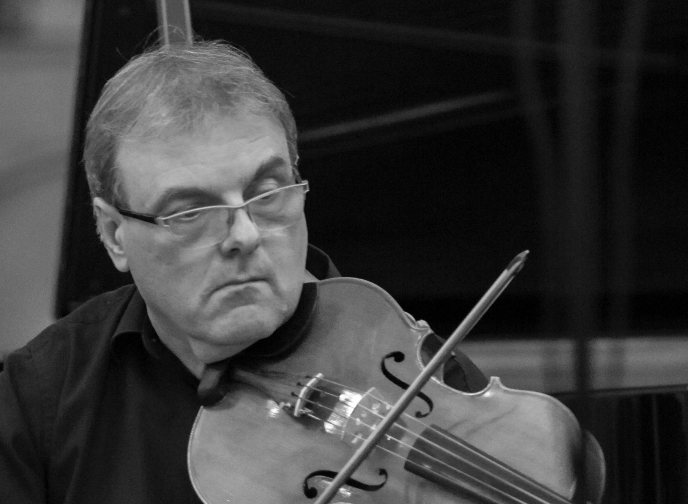 Jean-Marc KÉRISIT  polytechnicien, docteur en informatique théorique, est manager pour les entreprises innovantes. Il enseigne également l'intelligence artificielle en école d'ingénieur. Il a commencé à jouer du violon à l'âge de 6 ans dans un cadre institutionnel, mais peut surtout être considéré comme un authentique autodidacte. Il joue aussi du piano et de l'alto. Il a fondé l'association Musicami au début de l'année 2014, avec laquelle il organise un concert par mois à Paris. Il donne très régulièrement des concerts de musique de chambre en France et à l'étranger, associé aussi bien à des amateurs qu'à des professionnels, vivant ainsi pleinement une double existence d'ingénieur et de musicien - et réalisant ainsi ce que tant d'autres se contentent de rêver