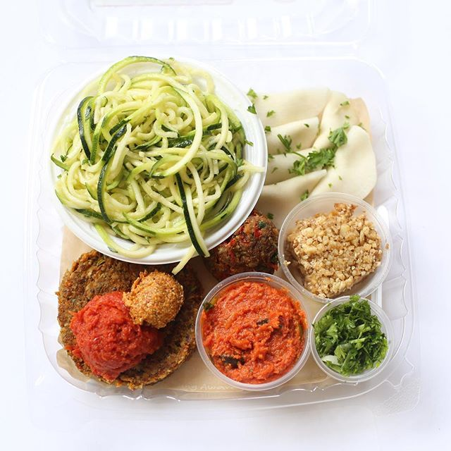 You know what's fun? SAMPLE PLATERS! You get to try our zucchini spaghetti, mock meatball, garden burger, turnip & cashew cheese ravioli, & a dessert! Delicious, healthy, and fun! ✨ oh and it's worth pointing out that our ketchup, mustard, & marinara are homemade! Yum!