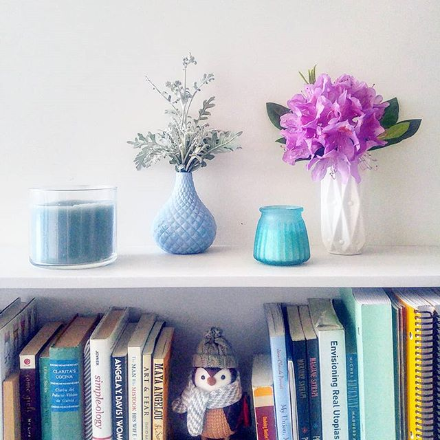 Brought a little bit of my garden inside! Also, #mybookshelfleanstotheleft  #rhododendron #rhodos #dustymiller #dustymillerbouquet #bookstagram #bookshelf #leftie #lefties #dollarstoredecor #spring #springdecor #springhassprung #iloveflowers #gardening